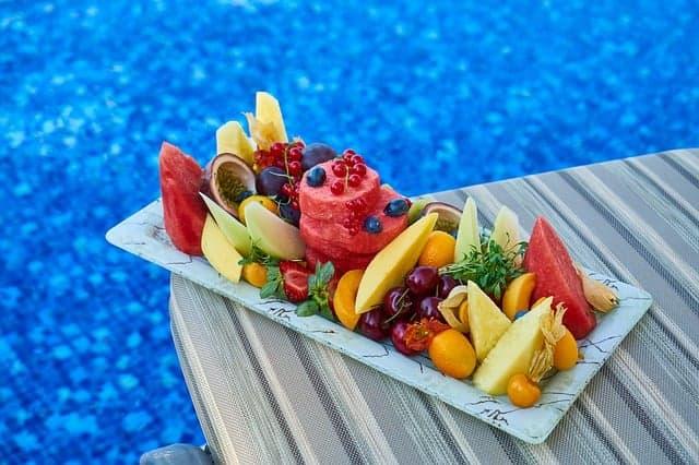 盘子上的水果片