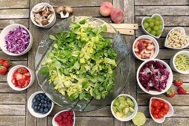 蔬菜沙拉和碗装水果