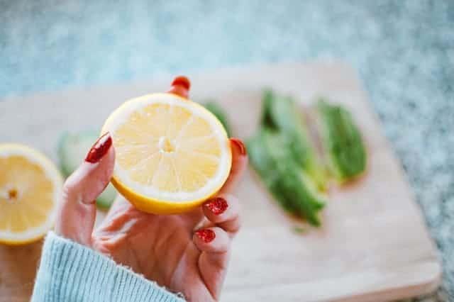 一只手拿着柠檬
