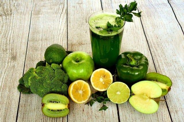 蔬菜鸡尾酒,蔬菜和水果在桌子上。