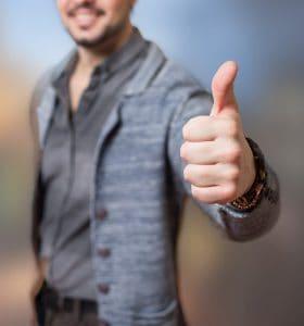 男人露出大拇指的手势 OK