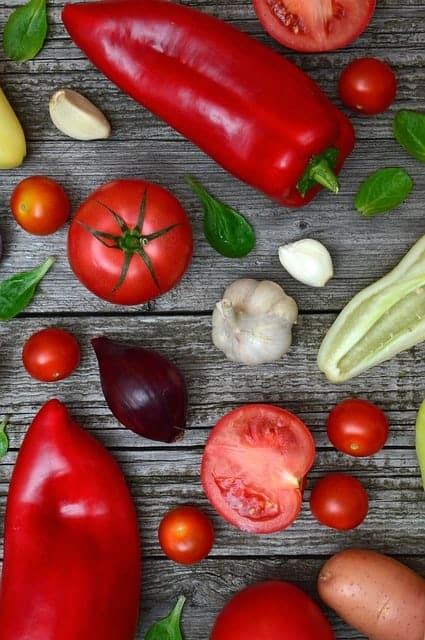 桌上的彩色蔬菜