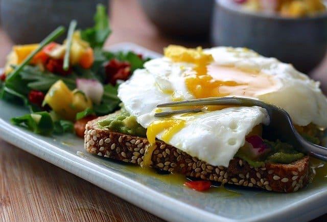 健康餐--全麦吐司配鸡蛋和蔬菜。