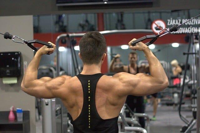 男子在健身房锻炼