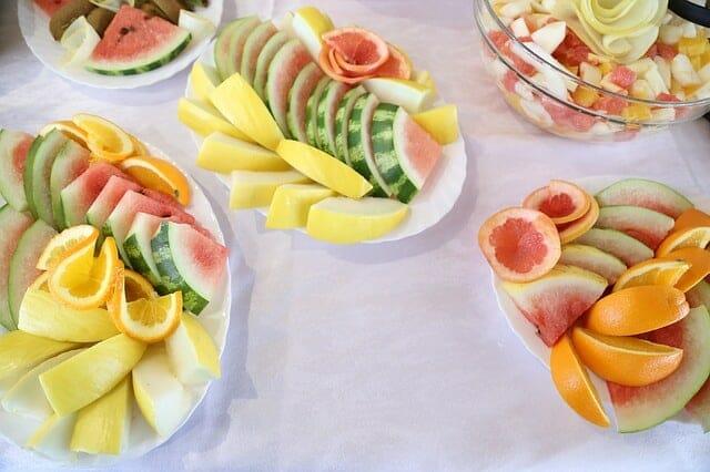 沙拉上的水果片