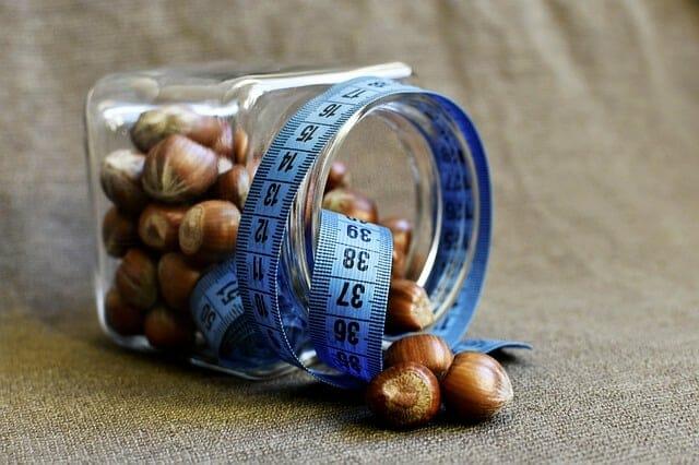 一罐坚果用卷尺包着。