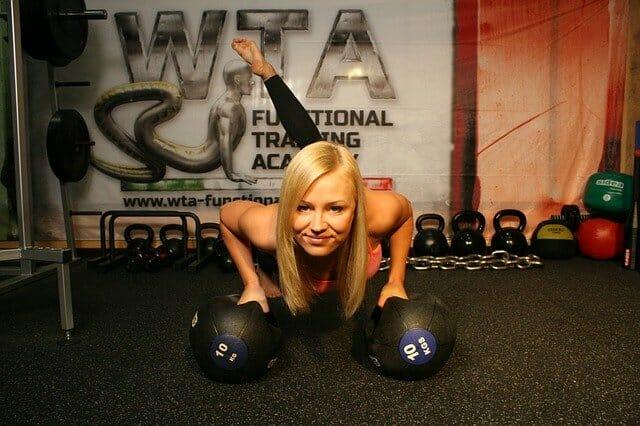 女生在健身房锻炼