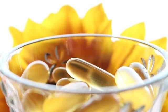 丸子在玻璃,黄花在背景中