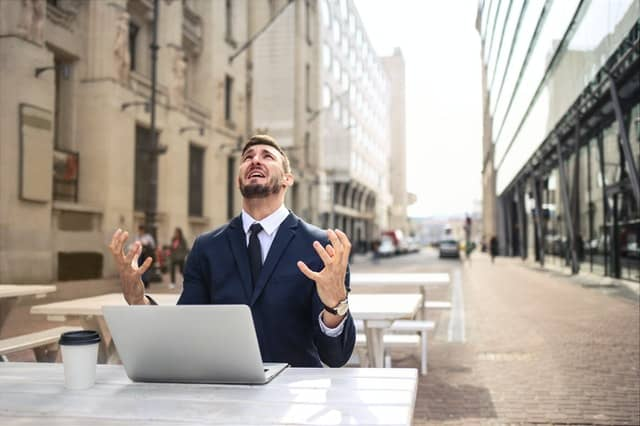 一个紧张的人在他的笔记本电脑上工作