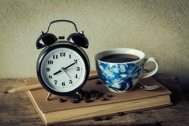 一杯咖啡和一个闹钟