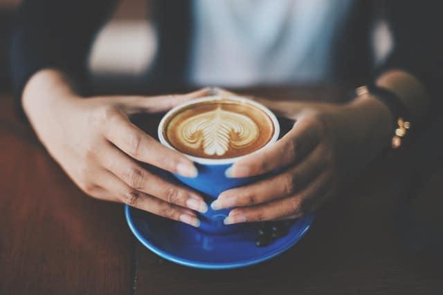 一杯咖啡握在手中