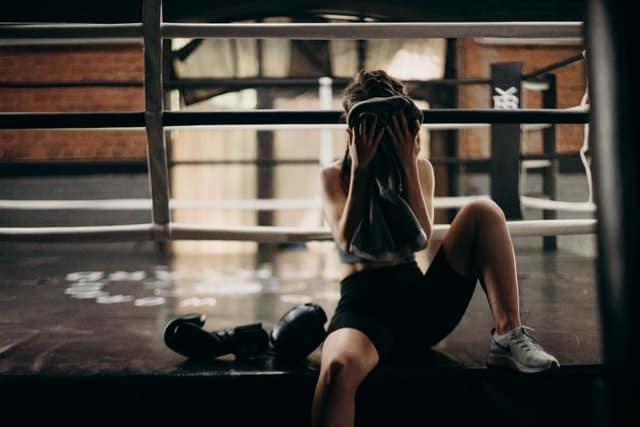 妇女在剧烈运动后擦拭脸上的汗水