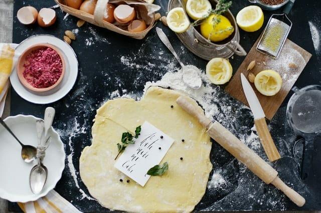 擀面皮、面粉、鸡蛋、厨房用品。