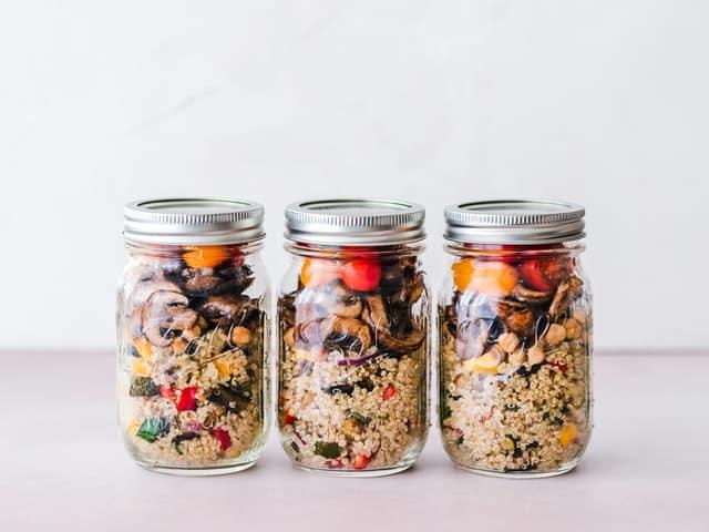 罐子里的糁子和蔬菜的减肥菜。