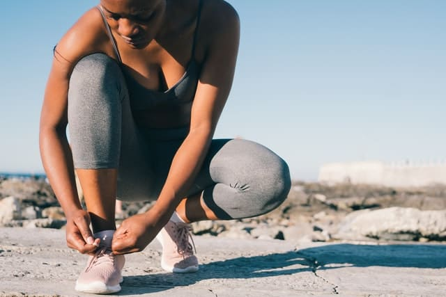 女生穿运动装系鞋带