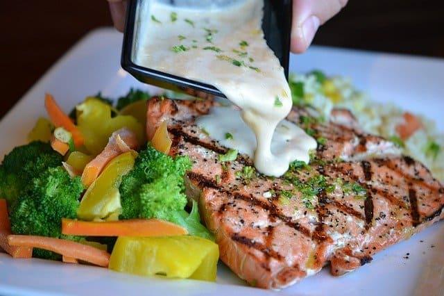 蔬菜和烤鱼放在一个盘子里