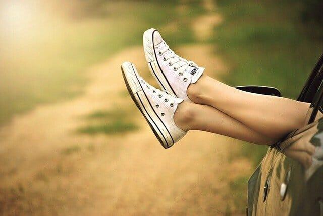 穿着网球鞋的腿