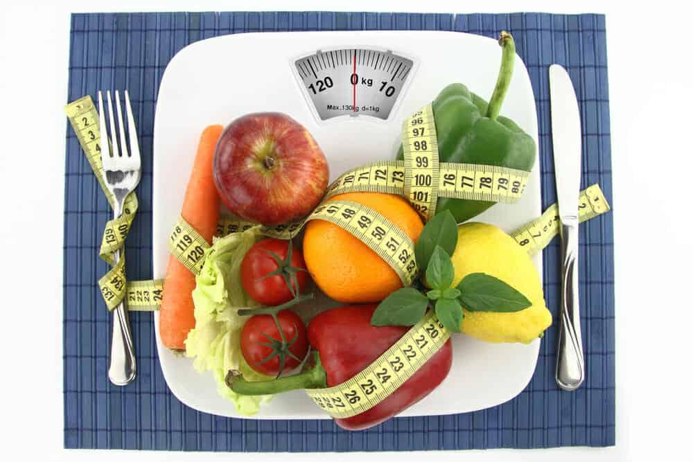 盘子里的蔬菜和水果有一厘米长