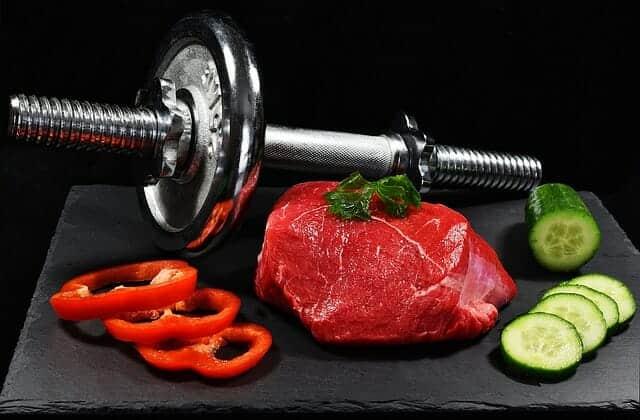 哑铃、一块肉和蔬菜