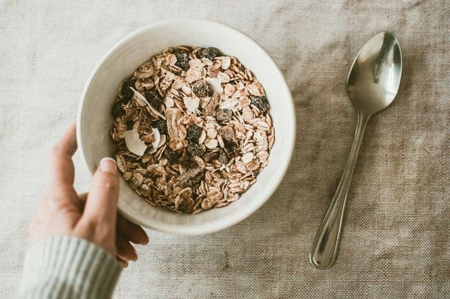 燕麦片和干果放在沙拉碗里