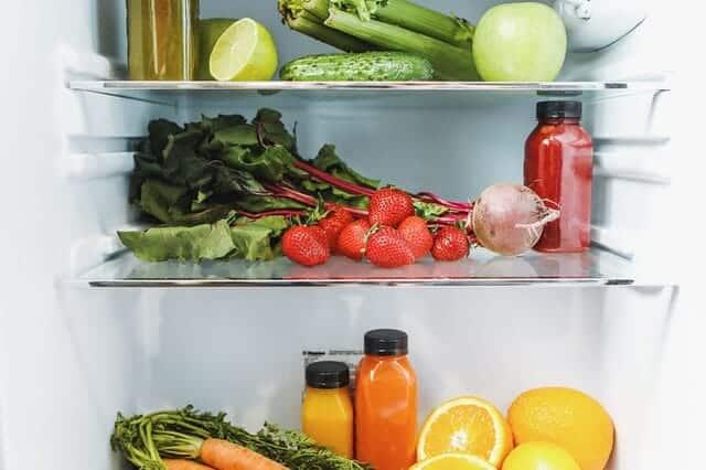 冰箱内,蔬菜、水果和果汁