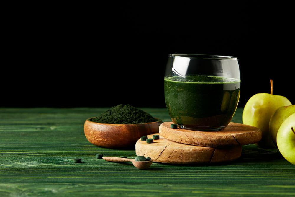 螺旋藻片和螺旋藻鸡尾酒
